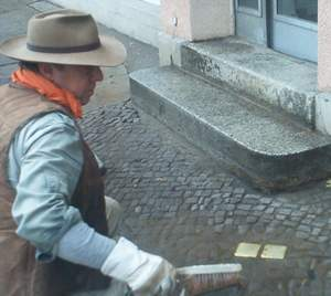 [Gunter Demnig verlegte am 17.11.2003 Stolpersteine in Neuruppin]